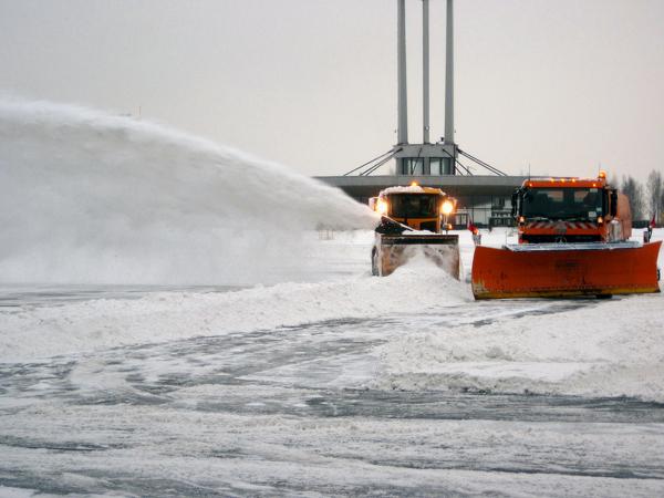 Уборка снега в аэропорту Пулково