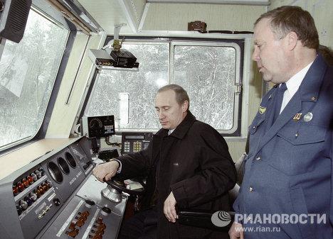 Poutine: le premier ministre aux commandes d'un canadair, d'un chasseur…
