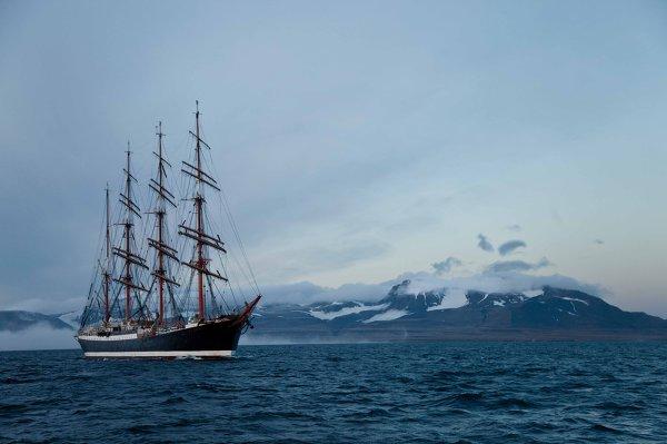 '' La percée de la glace '', les progrès de l'expédition du voilier Sedov