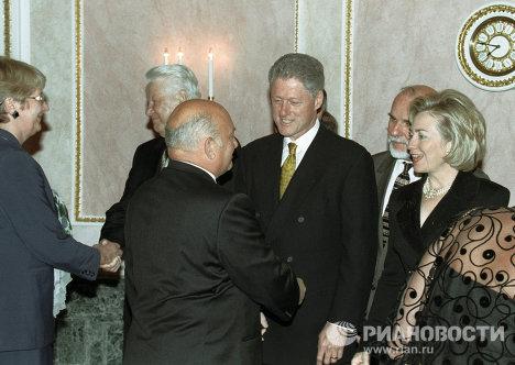 Лужков приветствует Клинтона и его супругу