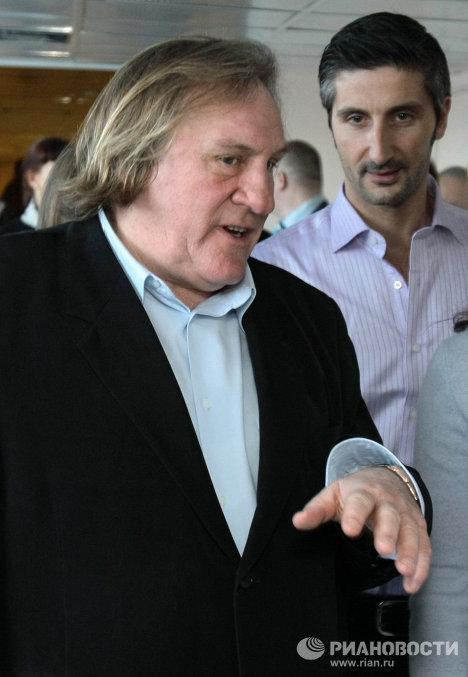 Gérard Depardieu visite un hôpital pédiatrique de Saint-Pétersbourg