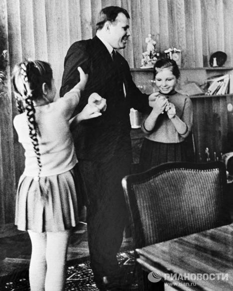 Gagarine et ses femmes bien-aimées: son épouse, ses filles et sa mère