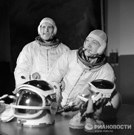 Летчики-космонавты Хрунов и Елисеев