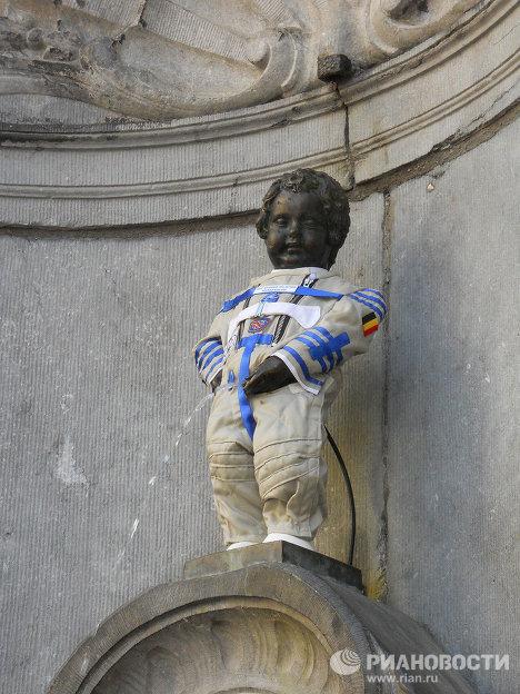 A Bruxelles, le Manneken-Pis porte un scaphandre de cosmonaute