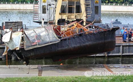Подъем затонувшего катера на Москве-реке