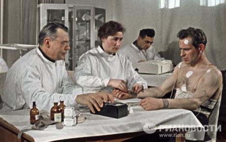 Летчик-космонавт Герман Титов во время медосмотра