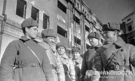 Советские солдаты и офицеры, захватившие штаб Паулюса. Сталинградская битва.