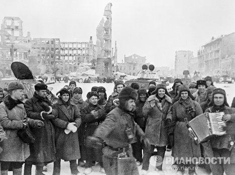 Les soldats célèbrent la victoire de Stalingrad