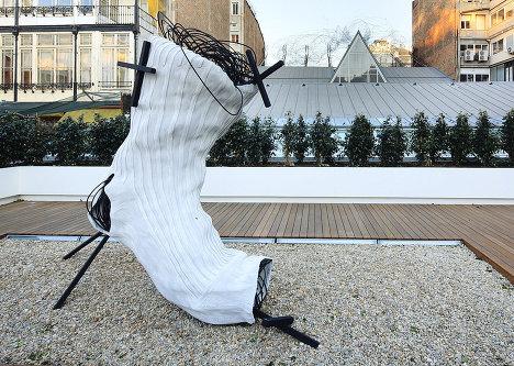 Антони Тапиес. Скульптура «Mitjo» (Носок)