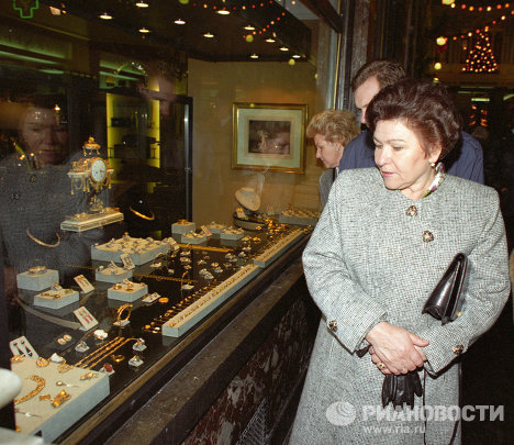 Супруга Президента РФ Н. И. Ельцина в ювелирном магазине