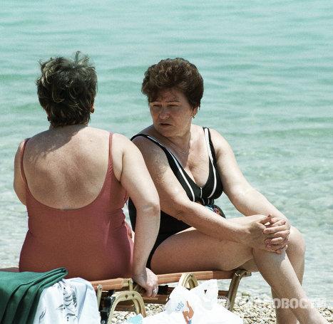 Супруга президента РФ Наина Ельцина загорает на берегу моря