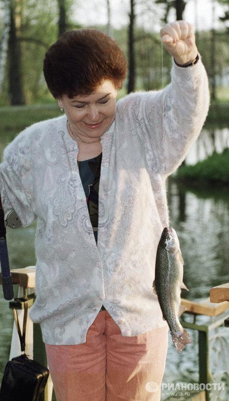Супруга Президента РФ Наина Ельцина ловит рыбу на отдыхе