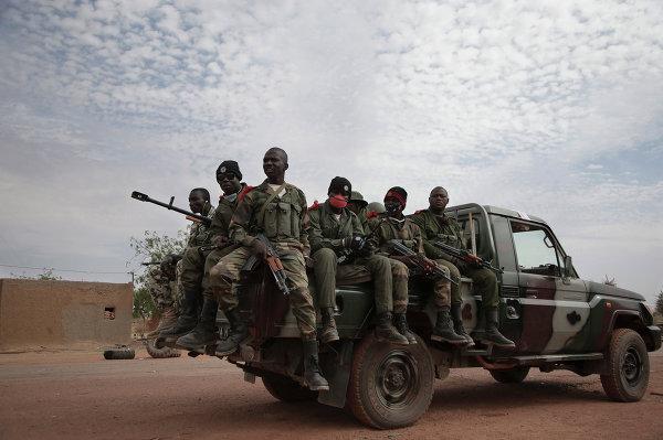 Солдаты правительственных войск Мали в освобожденном от боевиков-исламистов городе Кона
