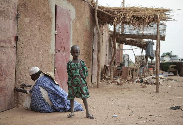 Les habitants du lieu dans la ville de Kona libérée des islamistes