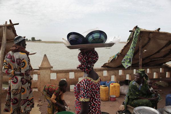 Жители в порту города Мопти в Мали