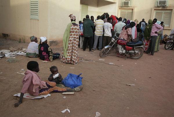 Une femme dans une file d'attente au centre de distribution d'aide humanitaire pour les réfugiés de Sévaré