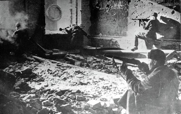 Воины Красной Армии ведут бой в Сталинграде