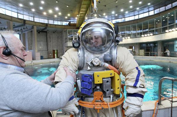 Тренировка космонавтов Елены Серовой и Александра Самокутяева