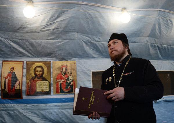 Отец Михаил проводит службу в мобильном храме во время учебно-тренировочных сборов В Рязанской области