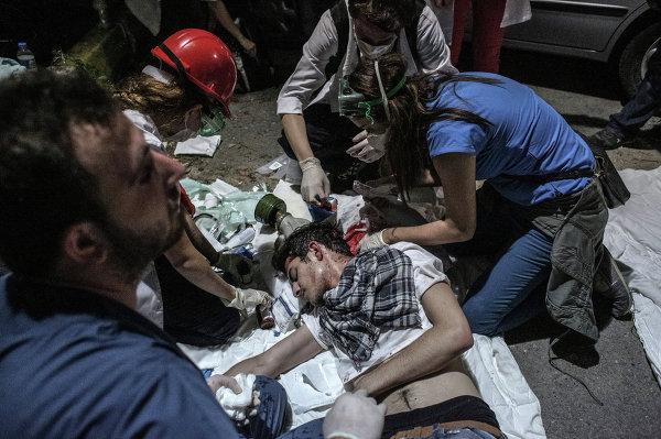 Пострадавший в результате столкновений протестующих с сотрудниками полиции в Стамбуле