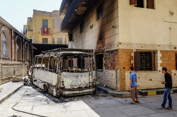 Сожженный автобус на одной из улиц в Минье