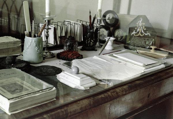 Письменный стол в кабинете писателя Толстого в музее-усадьбе Ясная Поляна