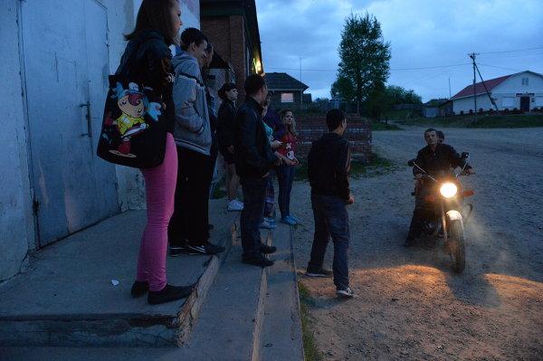 Молодые люди на крыльце сельского Дома культуры