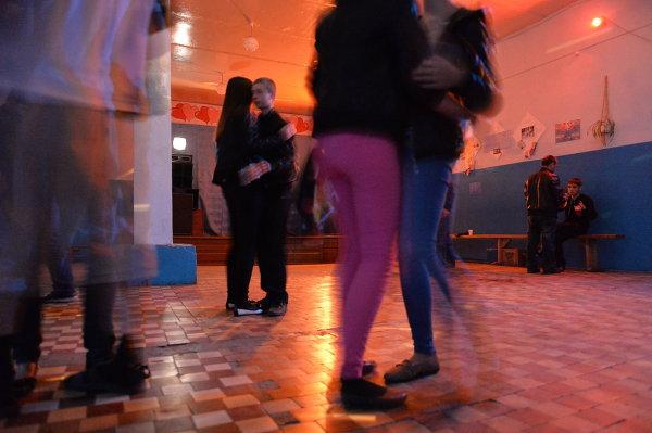 Молодые люди танцуют на дискотеке в Доме культуры в селе Екатерининское