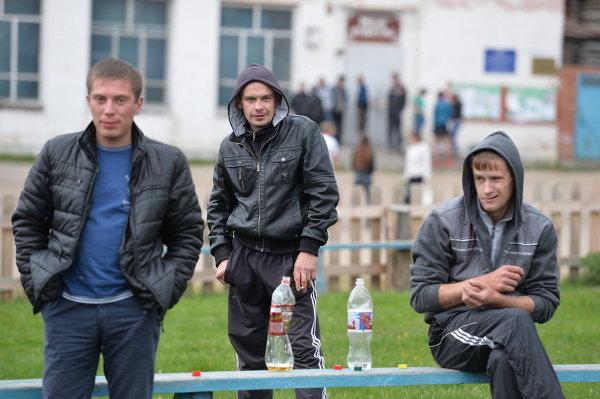 Молодые люди на лавочке возле Дома культуры в селе Екатерининское