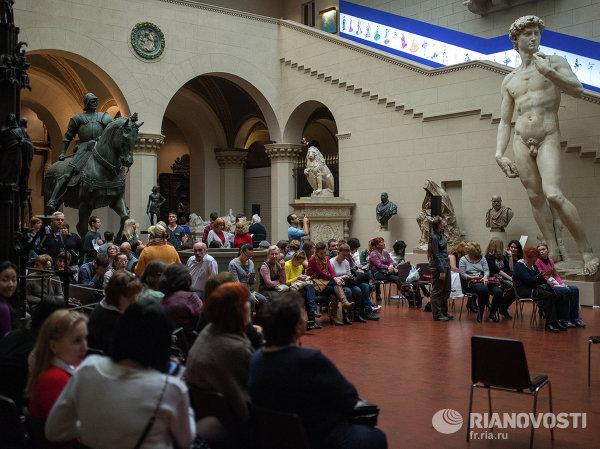 Посетители знакомится с экспозицией в Государственном музее изобразительных искусств имени Пушкина в Москве.
