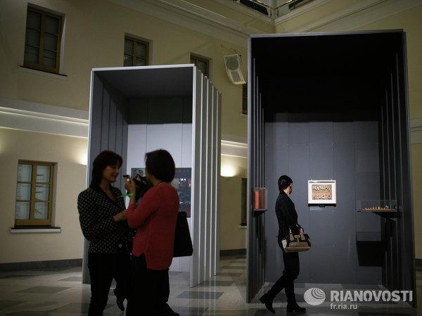 Посетители Ночи музеев на выставке Ман Рея в музее личных коллекций Государственного музея изобразительных искусств имени Пушкина в Москве