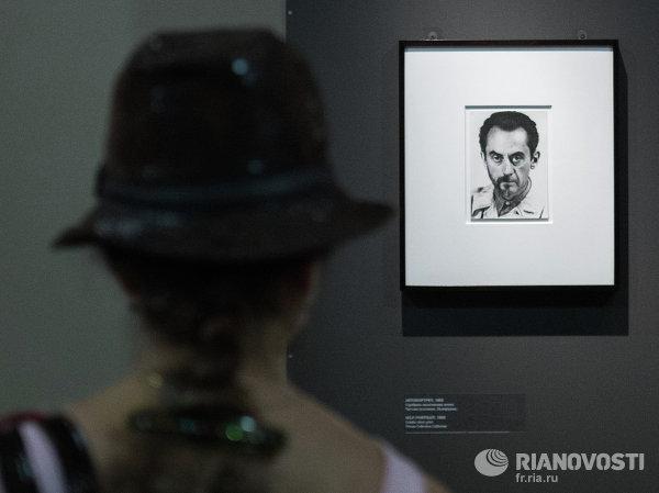 Посетительница знакомится с экспозицией на выставке Художественный мир Бриттена в Государственном музее изобразительных искусств имени Пушкина в Москве