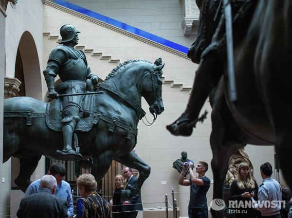 Посетители знакомится с экспозицией в Государственном музее изобразительных искусств имени Пушкина в Москве