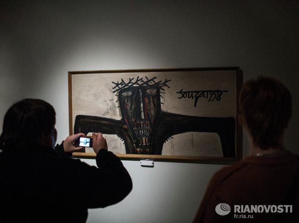 Посетительница фотографирует работу Элизабет Фринк Христос, прикованный к колонне в Государственном музее изобразительных искусств имени Пушкина в Москве