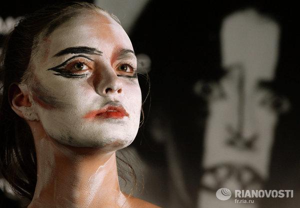 Участница мастер-класса по футуристическому макияжу в рамках акции Ночь искусств в Третьяковской галерее в Москве