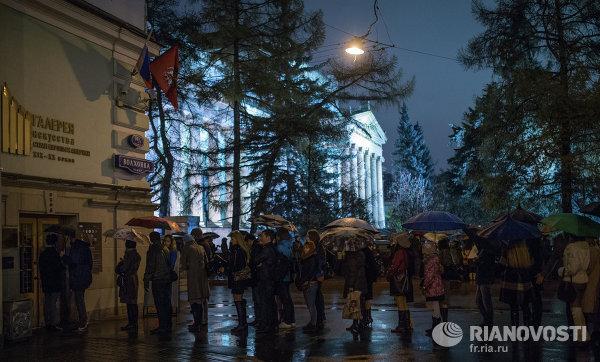 Посетители Ночи музеев стоят в очереди в Государственного музей изобразительных искусств имени Пушкина в Москве.