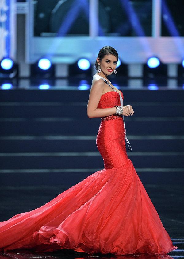 Участница конкурса Мисс Вселенная 2013 из России Эльмира Абдразакова во время полуфинала