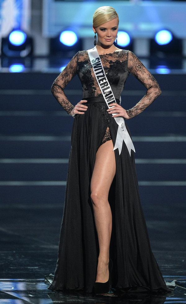 Участница конкурса Мисс Вселенная 2013 из Швейцарии Доминик Риндеркнехт во время полуфинала