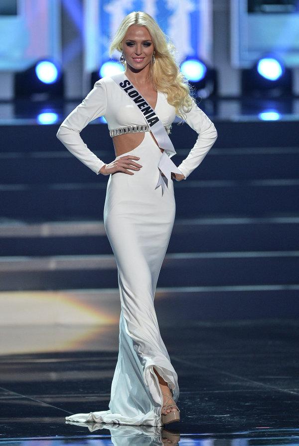 Участница конкурса Мисс Вселенная 2013 из Словении Нина Дурдевич во время полуфинала