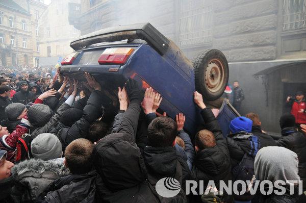 Радикально настроенные сторонники оппозиции переворачивают машины в центре Львова
