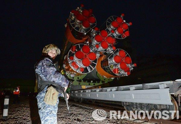 Вывоз и установка PH Союз-ФГ с ТПК Союз ТМА-12М на космодроме Байконур