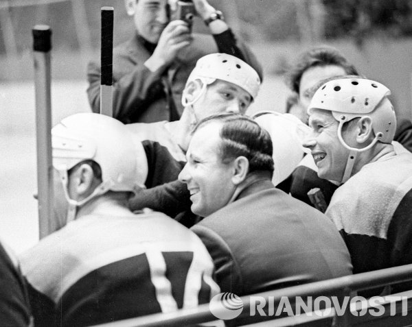 Юрий Гагарин среди хоккеистов