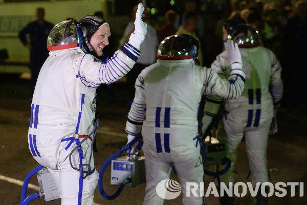 Члены основного экипажа 40/41 экспедиций на МКС перед запуском ракеты-носителя Союз-ФГ с пилотируемым кораблем Союз ТМА-13М с космодрома Байконур