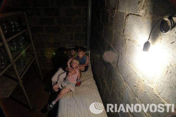 Семья укрывается в подвале частного дома в Краматорске