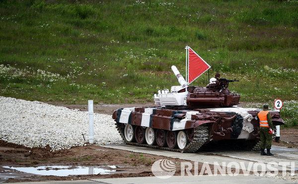 Экипаж танка войск Центрального военного округа во время соревнований Танковый биатлон-2014