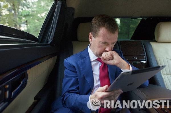 Президент РФ Дмитрий Медведев в салоне автомобиля