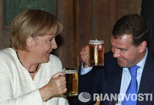 Президент РФ Д.Медведев и Федеральный канцлер Германии А.Меркель на неформальном обеде
