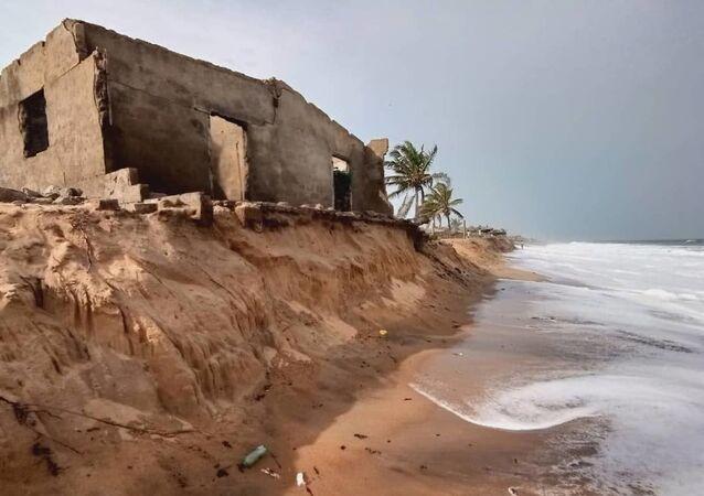 Comment la mer déloge, au village de Kossi Agbavi au Togo.