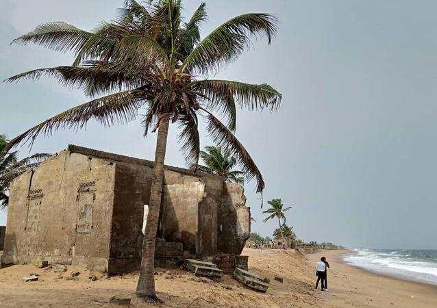 Restes de maisons abandonnées sur la côte togolaise à cause de l'érosion au village de Kossi Agbavi au Togo.