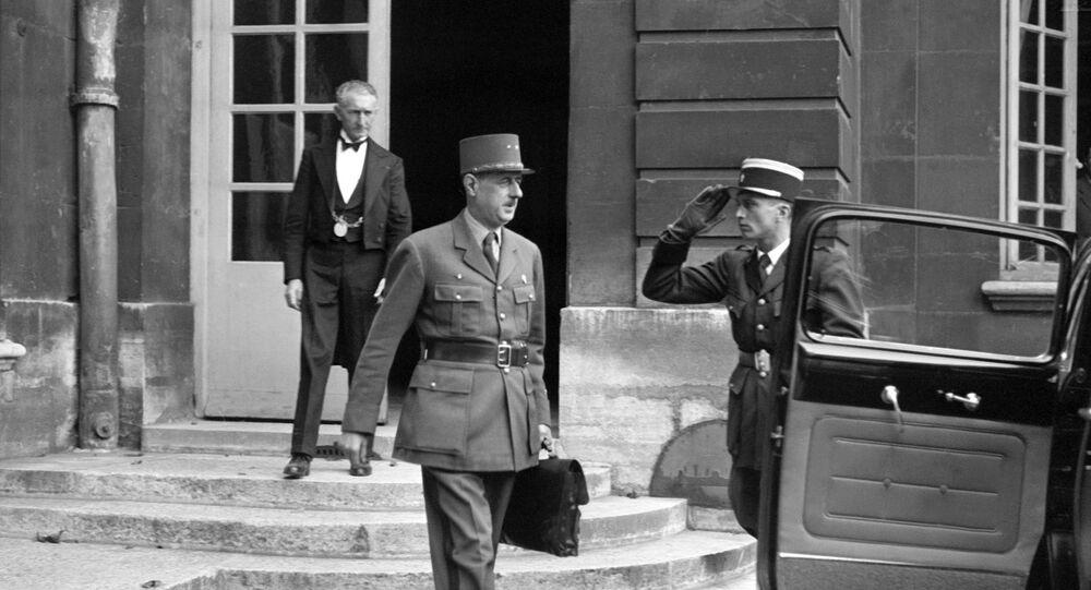 Le général Charles de Gaulle, sortant du conseil des ministres, quitte l'hôtel Matignon en octobre 1945.